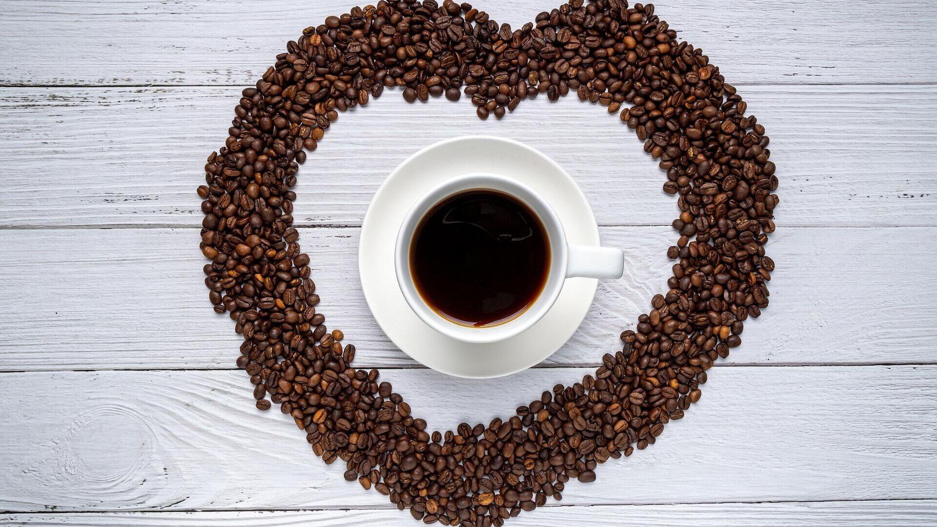 Una taza de café con granos en forma de corazón - Sputnik Mundo, 1920, 19.02.2021