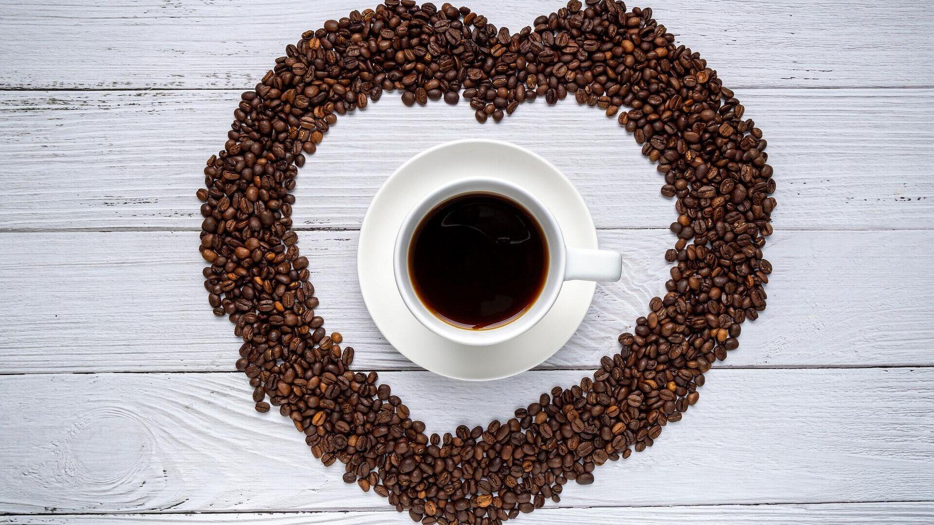 Una taza de café con granos en forma de corazón - Sputnik Mundo, 1920, 10.06.2021