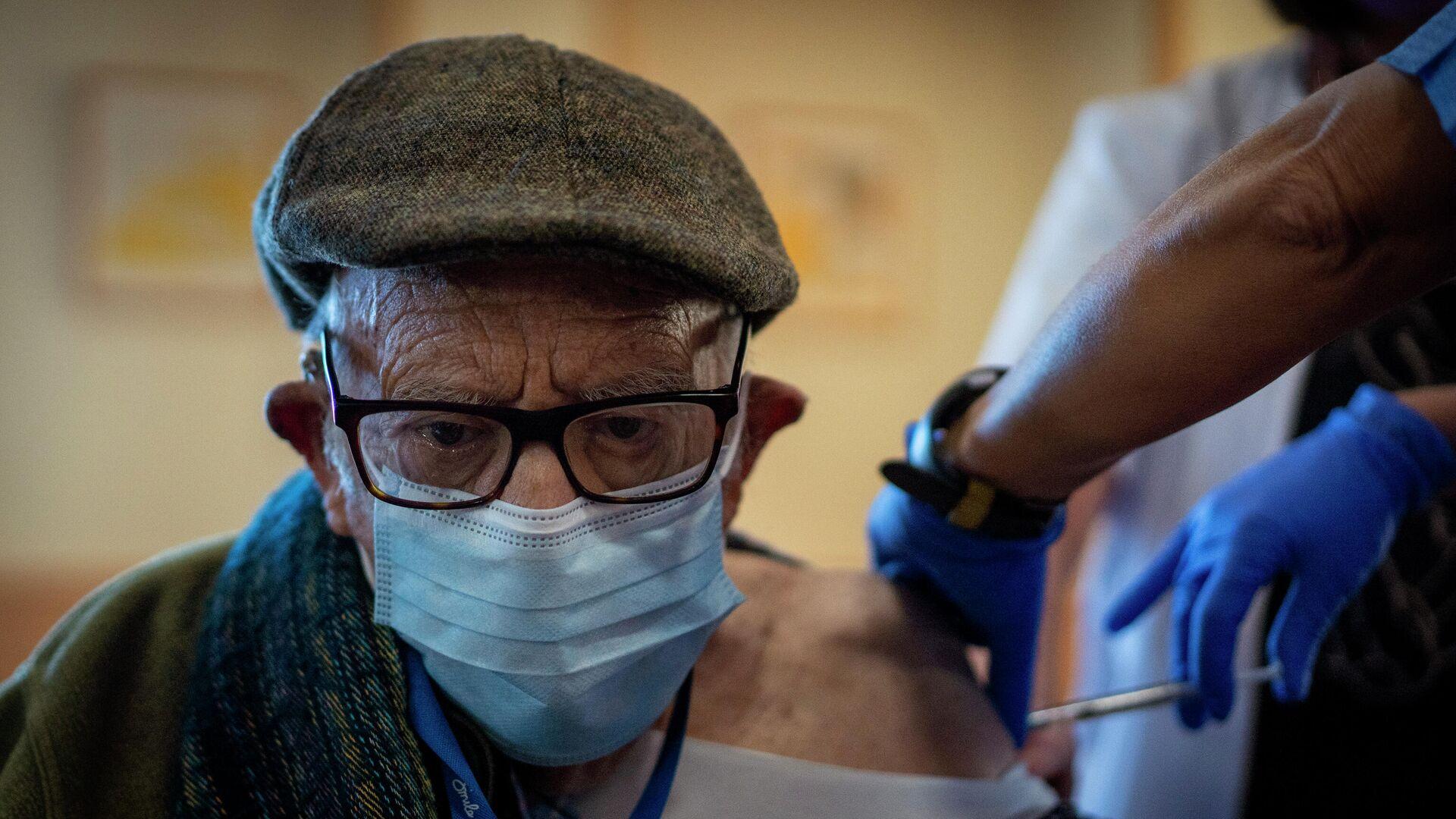 Una enfermera administra la vacuna contra el coronavirus a un anciano de una residencia en Barcelona. 2 de febrero de 2021 - Sputnik Mundo, 1920, 09.03.2021