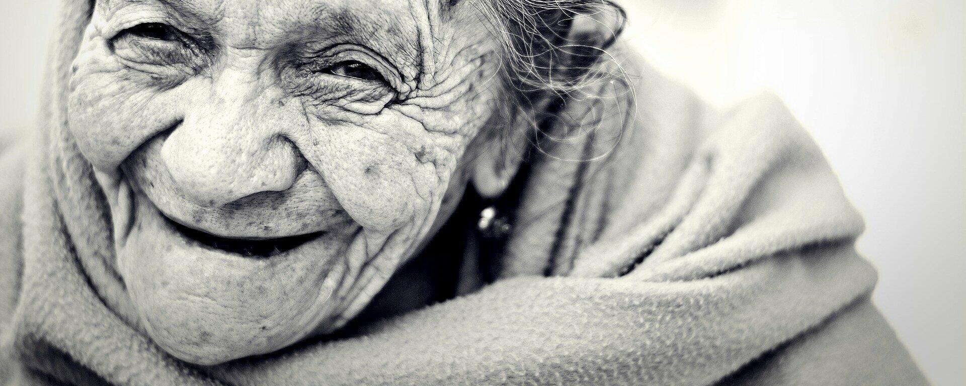 Una anciana sonríe - Sputnik Mundo, 1920, 20.02.2021