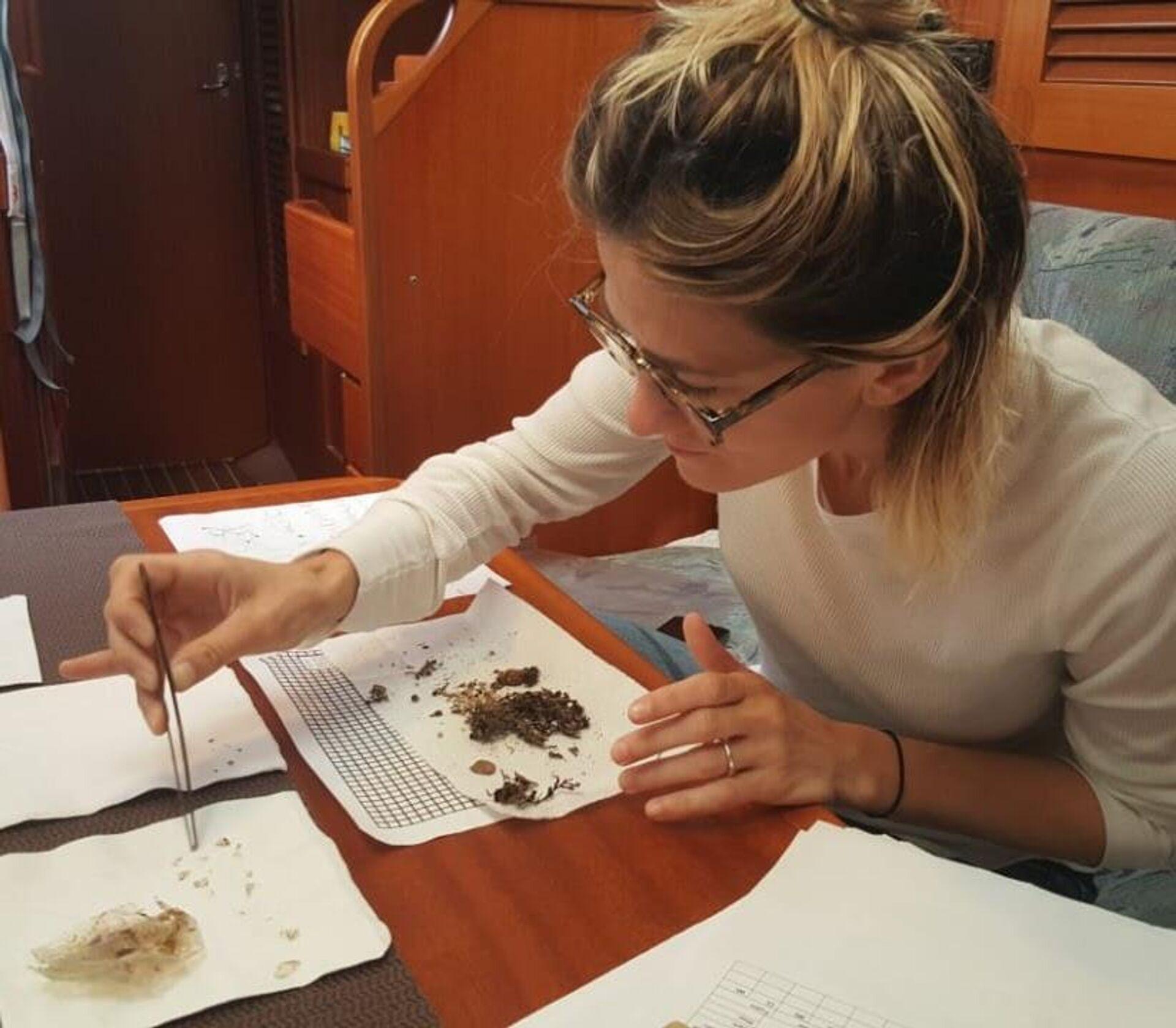 Agustina Besada analiza muestras de plástico en el océano en medio de una expedición - Sputnik Mundo, 1920, 22.02.2021