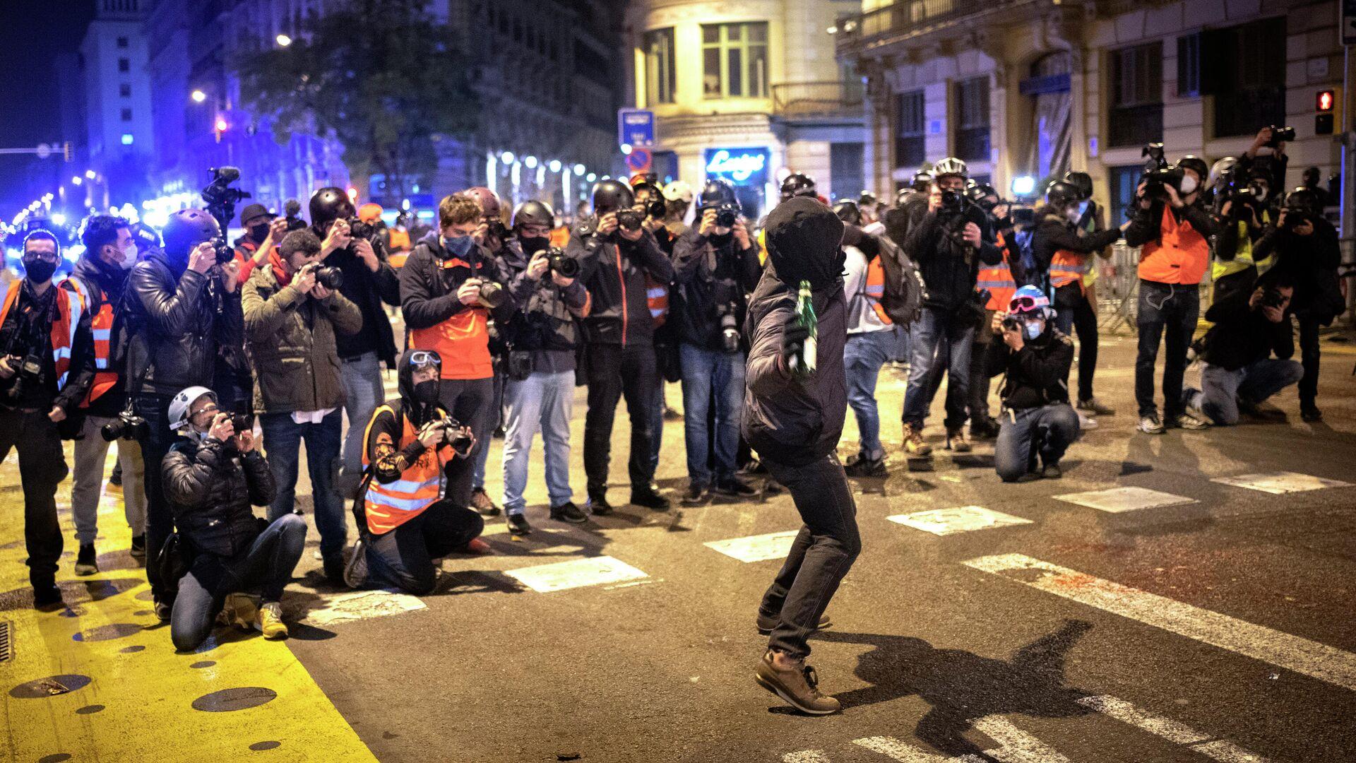 Las protestas por la encarcelación del rapero Pablo Hasél, Barcelona, Cataluña, 21 de febero de 2021. - Sputnik Mundo, 1920, 22.02.2021