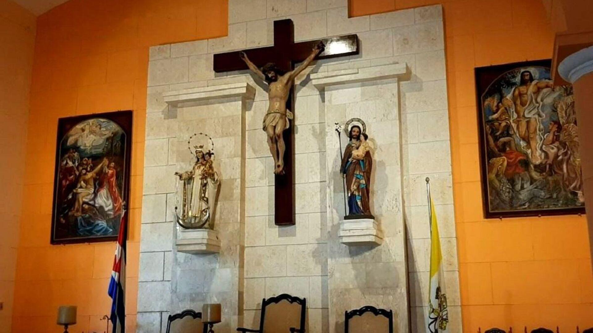 Interior de una iglesia católica en Cuba, los cuadros situados a ambos lados de la cruz corresponden al pintor cubano Mariano Rodríguez - Sputnik Mundo, 1920, 22.02.2021