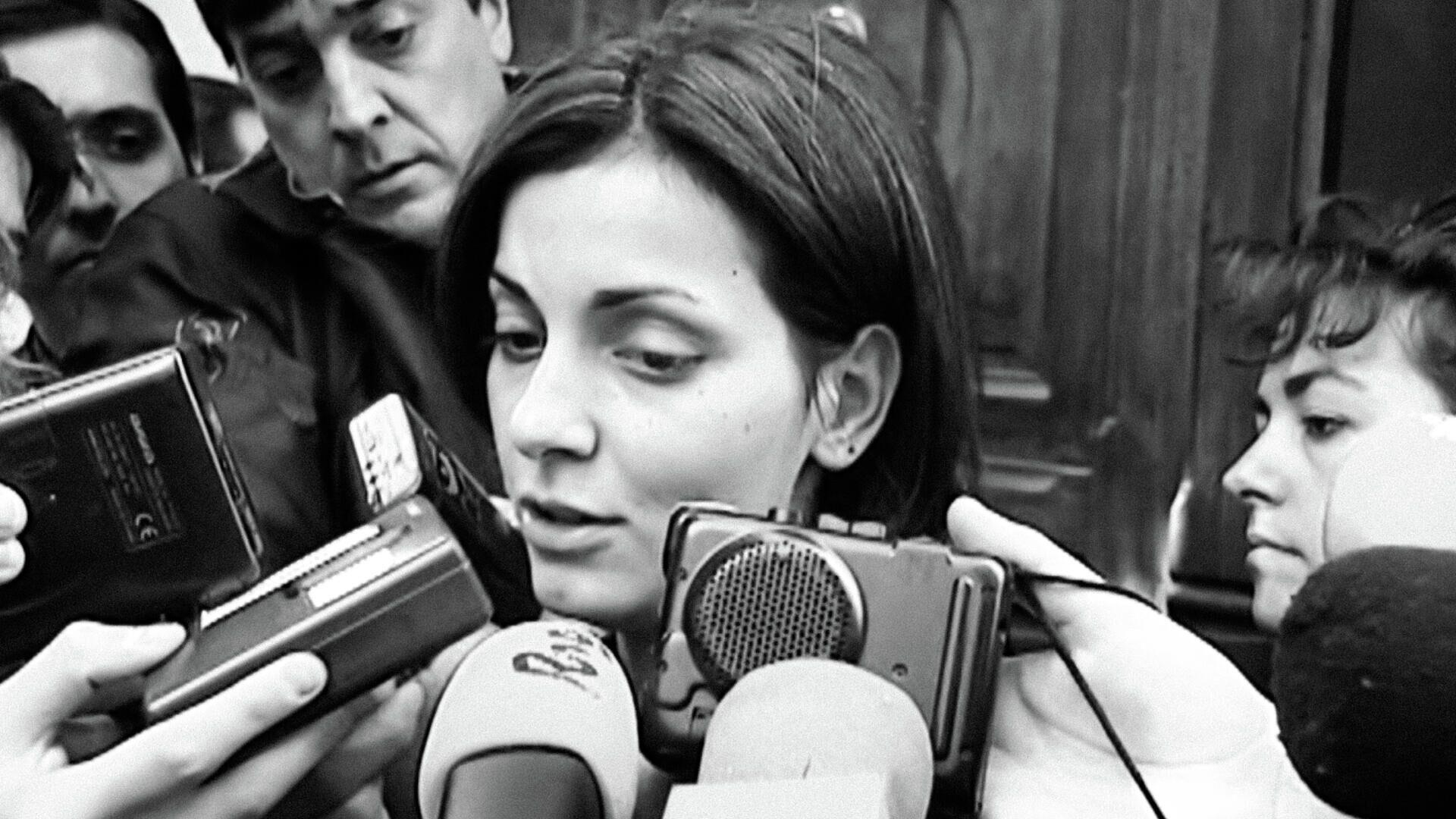 Nevenka Fernández atiende a los periodistas en la entrada al juicio de 2001 - Sputnik Mundo, 1920, 04.03.2021