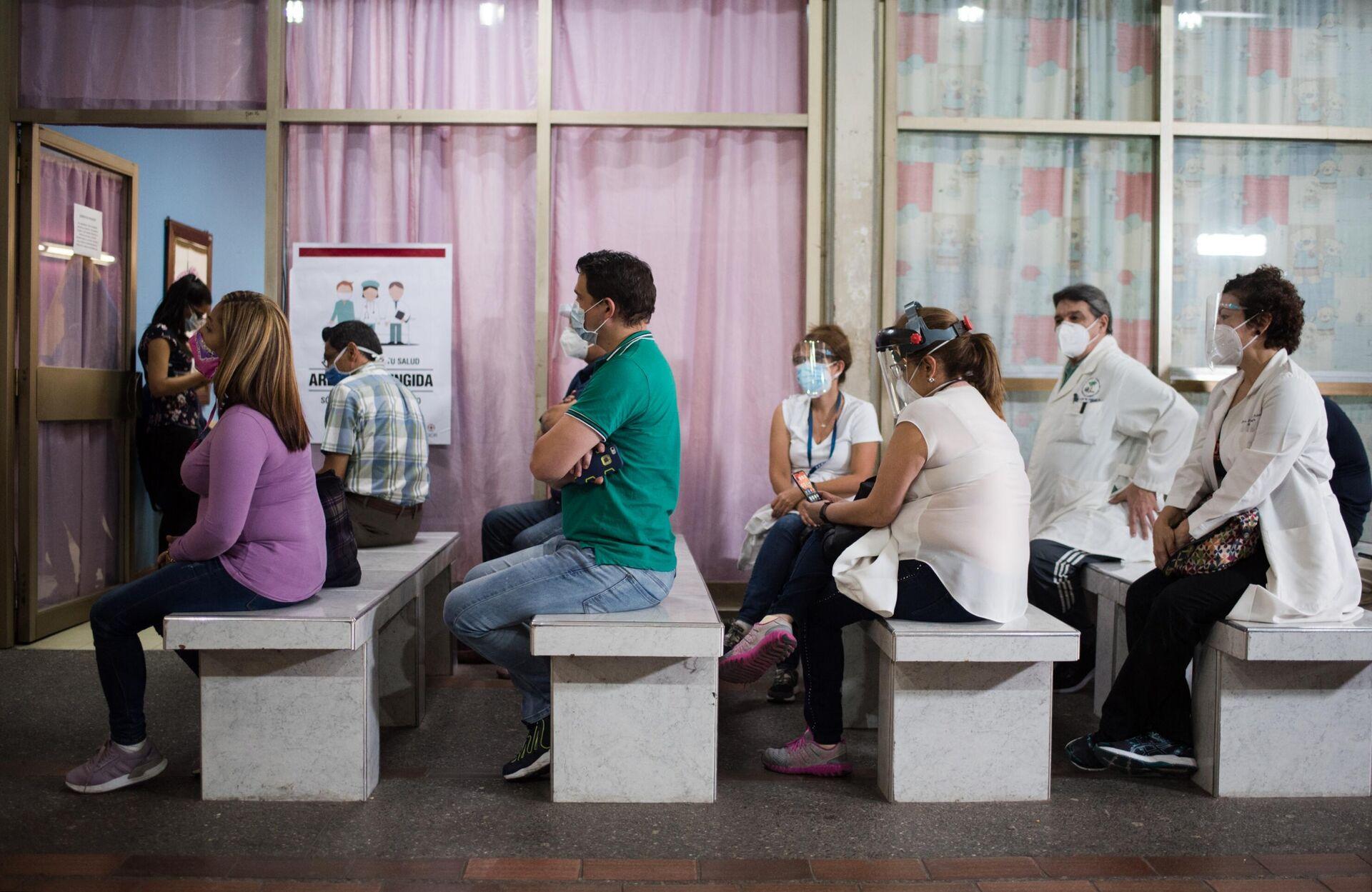 Pacientes esperan para ser vacunados con una dosis de Sputnik V en Caracas, Venezuela - Sputnik Mundo, 1920, 23.02.2021