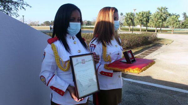 Diploma y medalla otorgada por Rusia al MINFAR de Cuba - Sputnik Mundo