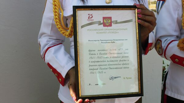 Diploma firmado por el presidente de Rusia, Vladimir Putin, entregado al MINFAR de Cuba - Sputnik Mundo