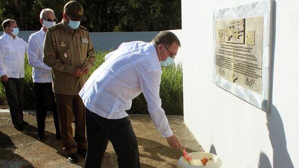 Embajador ruso en Cuba, Andrei Guskov, deposita flores en el Mausoleo al Soldado Desconocido Soviético en Cuba - Sputnik Mundo