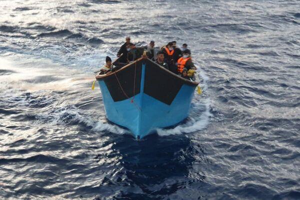 Inmigrantes llegando en patera a las Islas Canarias - Sputnik Mundo