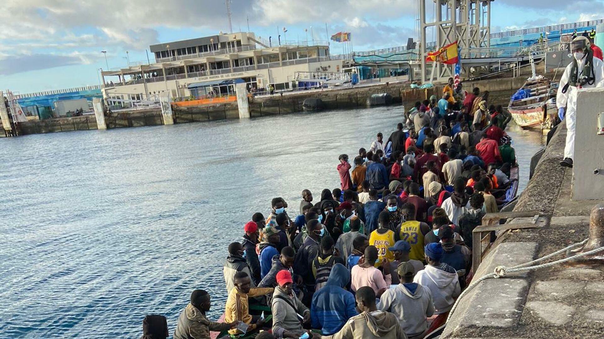 Inmigrantes llegando en patera a las Islas Canarias - Sputnik Mundo, 1920, 25.02.2021