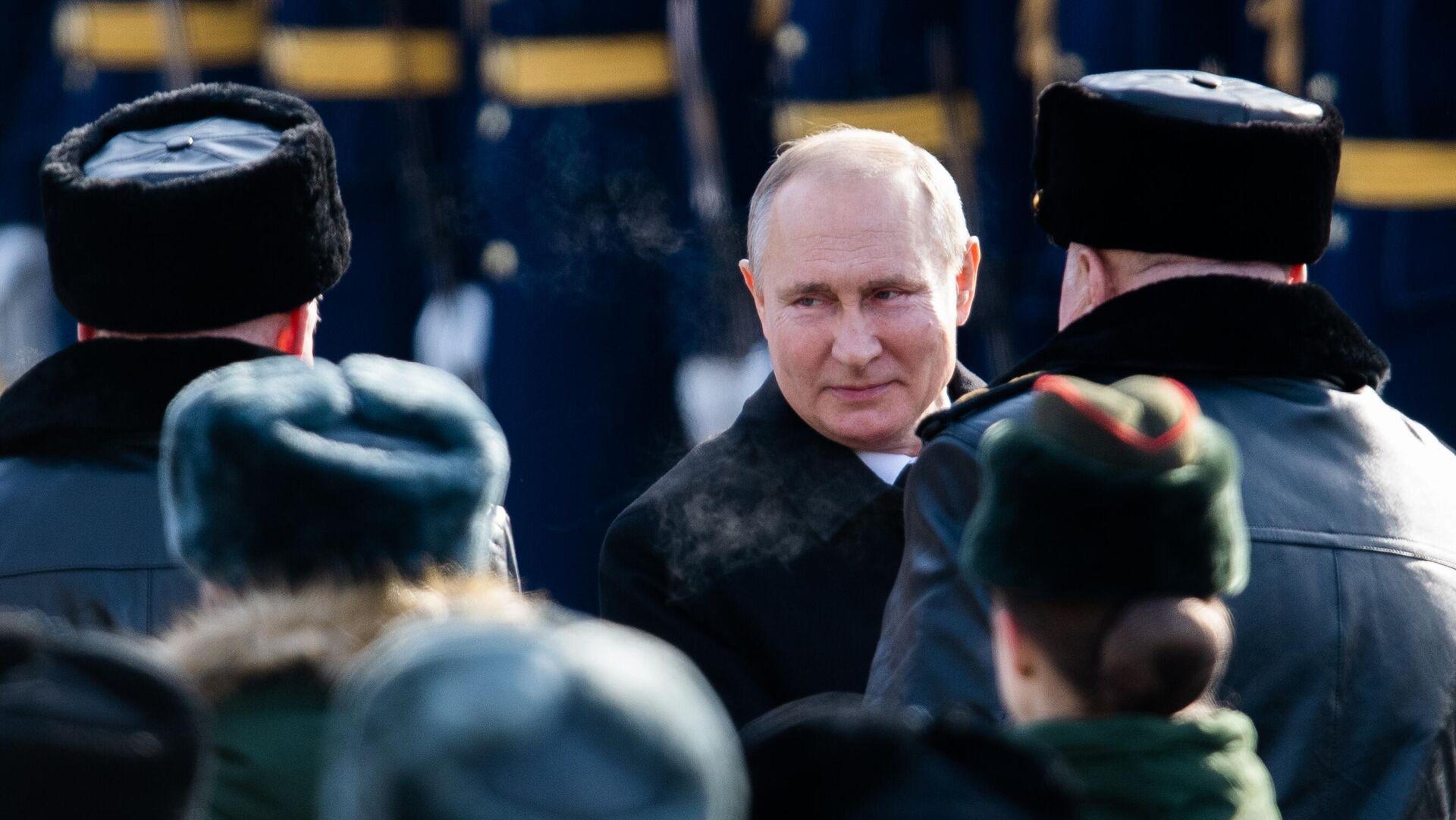 Vladímir Putin, el presidente de Rusia, deposita una ofrenda floral en la Tumba del Soldado Desconocido el 23 de febrero de 2021 - Sputnik Mundo, 1920, 24.02.2021