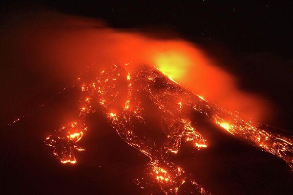 El volcán Etna, que tiene alrededor de 3.300 metros de altura, empieza a escupir lava incandescente. - Sputnik Mundo