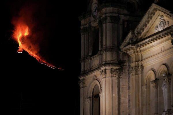 El monte Etna continúa en erupción emitiendo lava al rojo vivo y decora el cielo nocturno de la localidad de Zafferana Etnea, región de Sicilia, el 21 de febrero. - Sputnik Mundo
