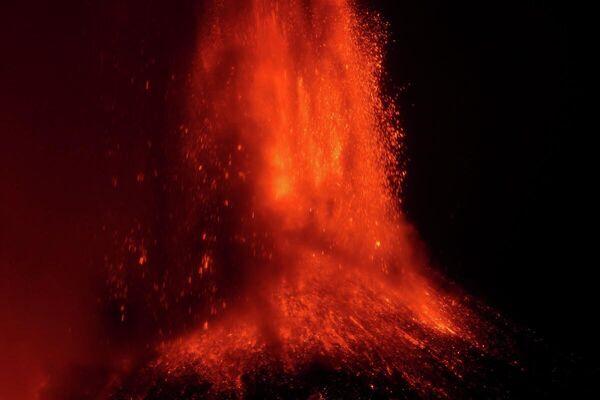 El volcán más activo de Europa, el Etna, continúa en erupción emitiendo lava al rojo vivo. Las cenizas volcánicas cubrieron varias regiones de Catania, capital administrativa de la región de Sicilia. - Sputnik Mundo