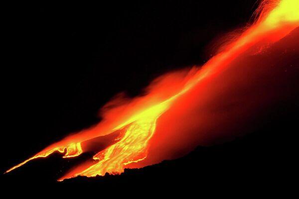 El volcán más activo de Europa, el Etna, continúa en erupción escupiendo su lava incandescente.  - Sputnik Mundo