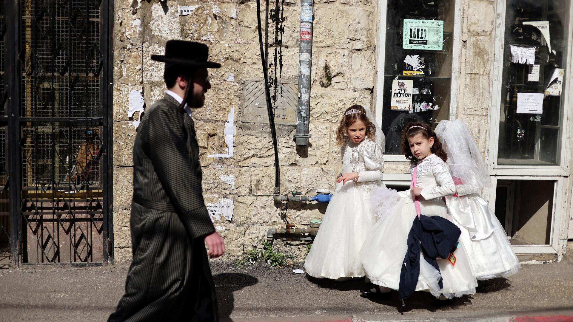 Judíos se preparan para el carnaval judío Purim, Jerusalén, el 24 de febrero de 2021 - Sputnik Mundo, 1920, 24.02.2021