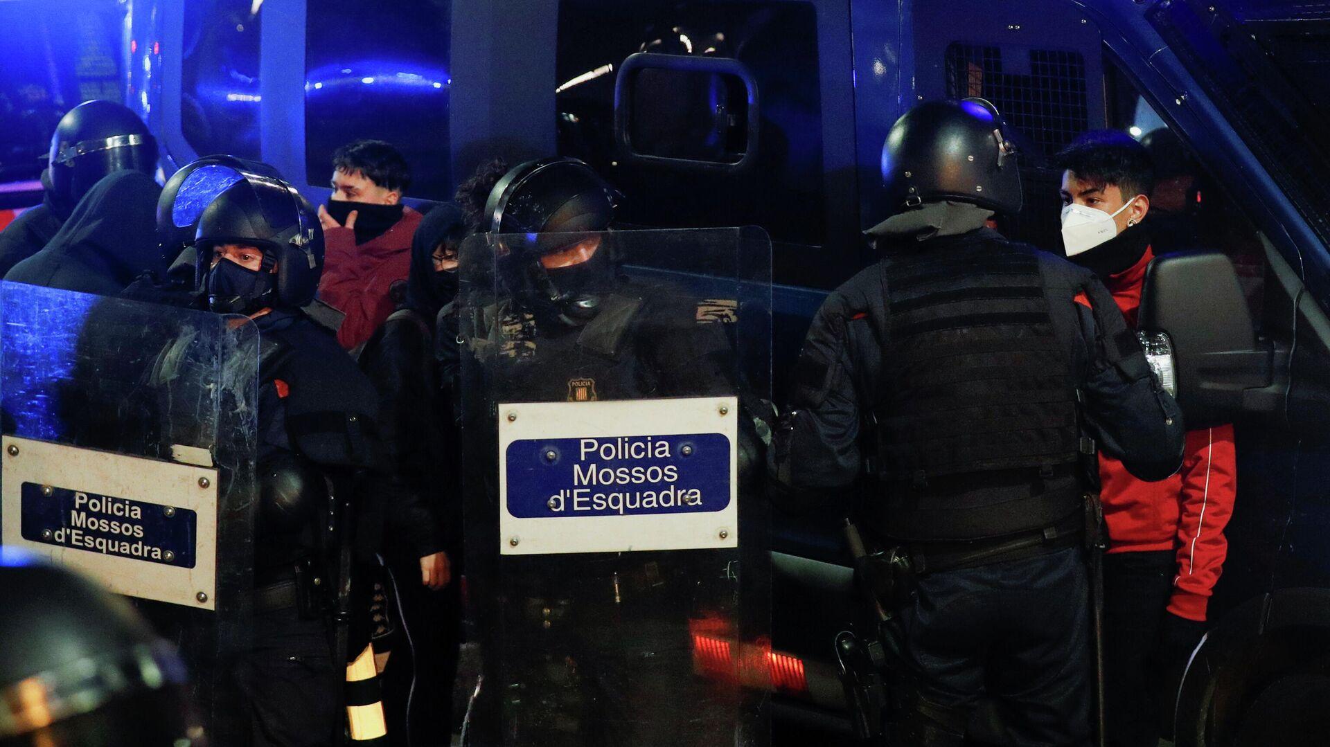 La Policía autonómica de Cataluña, los Mossos d'Esquadra, durante las protestas - Sputnik Mundo, 1920, 24.02.2021