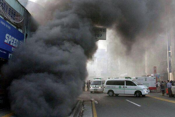 El humo negro sale del conducto de ventilación de la estación de Jungangno - Sputnik Mundo