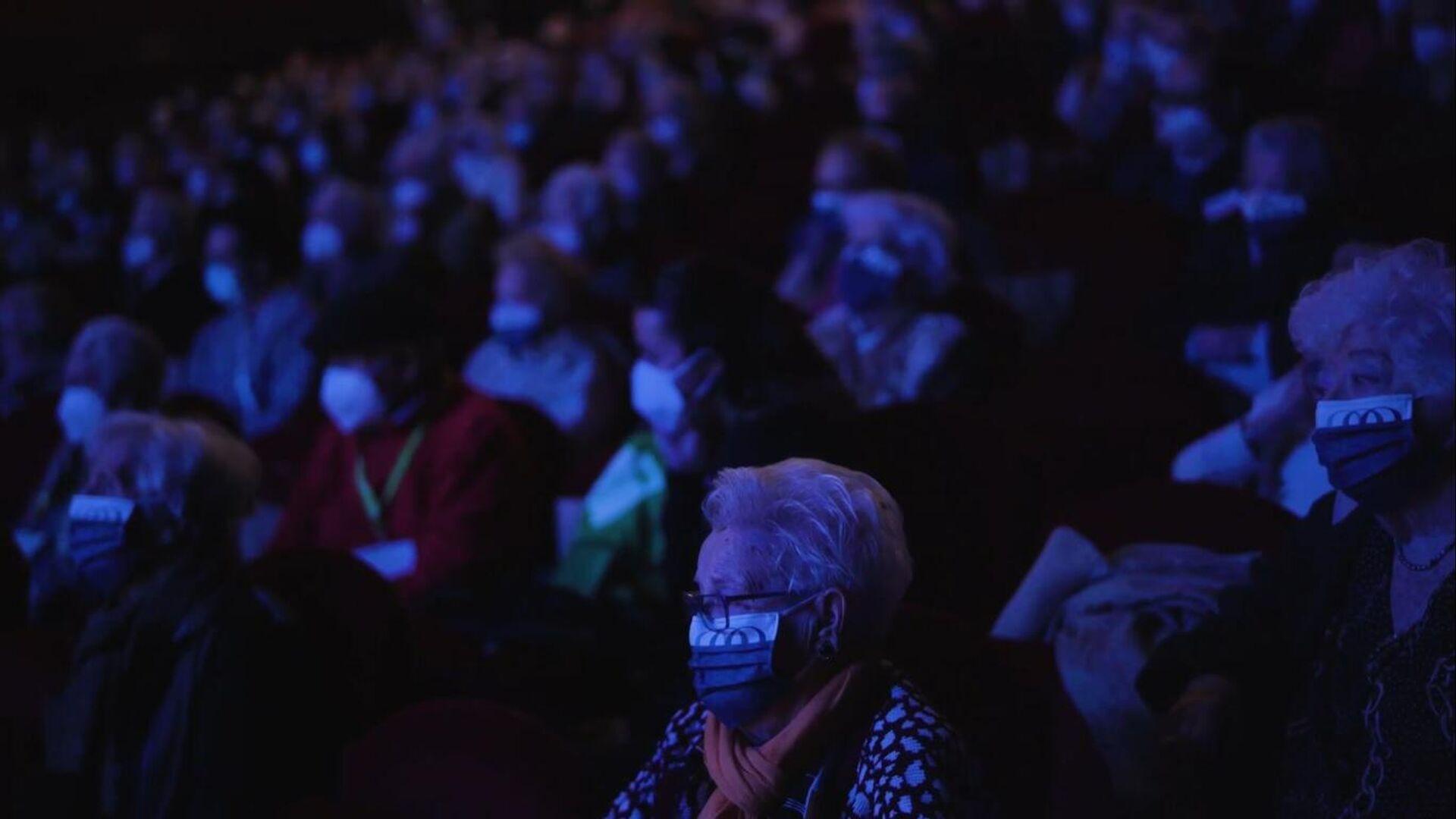 Mayores vacunados disfrutan de un espectáculo de teatro en Madrid - Sputnik Mundo, 1920, 25.02.2021