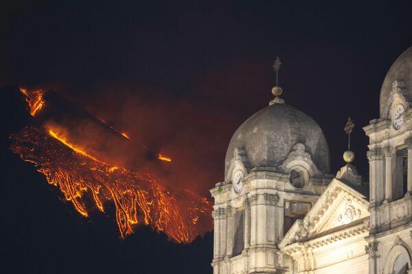 El volcán Etna volvió a dar un espectáculo nocturno a los habitantes de Catania en Sicilia. Su erupción iluminó de rojo el cielo nocturno mientras cubría de cenizas las calles de la ciudad italiana. - Sputnik Mundo