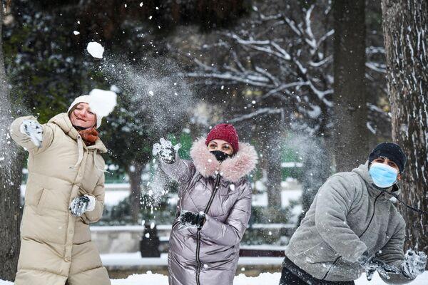La ola de frío alcanzó a la capital azerbaiyana de Bakú donde los habitantes aprovecharon la gran cantidad de nieve que cayó para jugar con la nieve en las calles. - Sputnik Mundo