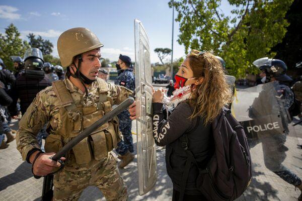 Cientos de personas se concentraron frente al tribunal militar libanés que ha imputado por terrorismo a unas 35 personas por su participación en las protestas y disturbios a finales de enero en Trípoli. Esto ha generado más protestas y ahora los manifestantes piden la liberación de los detenidos. - Sputnik Mundo