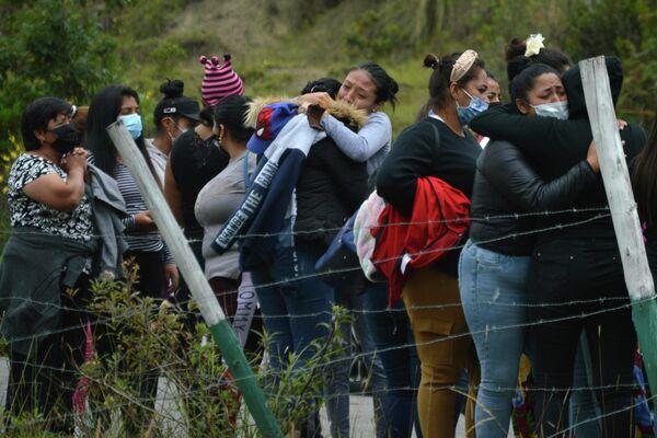 Cuatro cárceles de Ecuador han sido escenario de motines sin precedentes que dejaron al menos 79 muertos. Una de ellas fue la cárcel de Turi, donde los familiares de varios reclusos se concentraron tras el motín. - Sputnik Mundo
