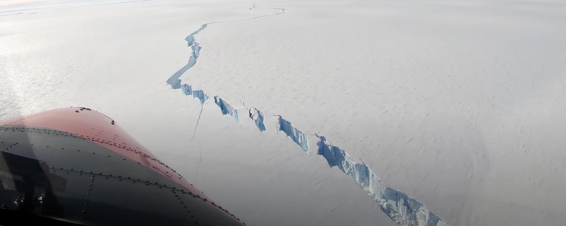 Una grieta en la plataforma de hielo flotante Brunt, en la Antártida - Sputnik Mundo, 1920, 02.07.2021