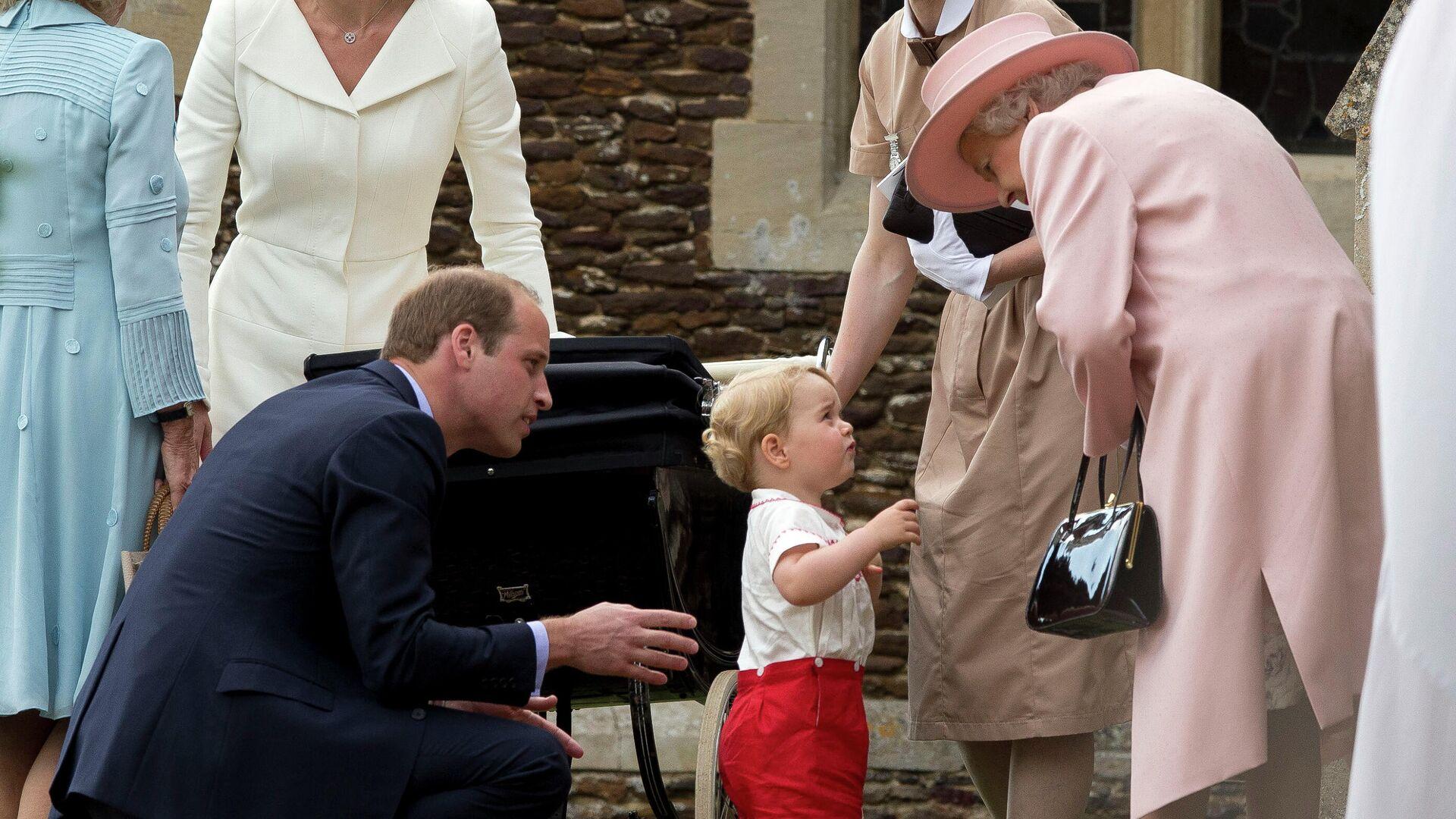 La reina Isabel II habla con el príncipe George (2015) - Sputnik Mundo, 1920, 28.02.2021