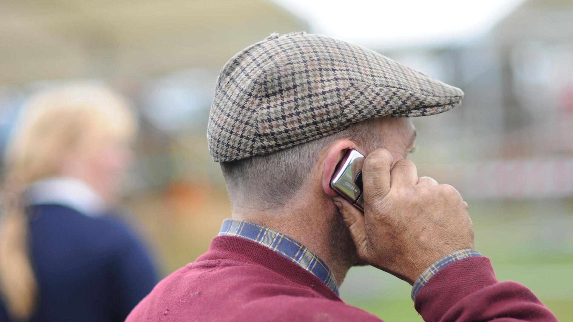 Persona mayor hablando por teléfono  - Sputnik Mundo, 1920, 27.08.2021