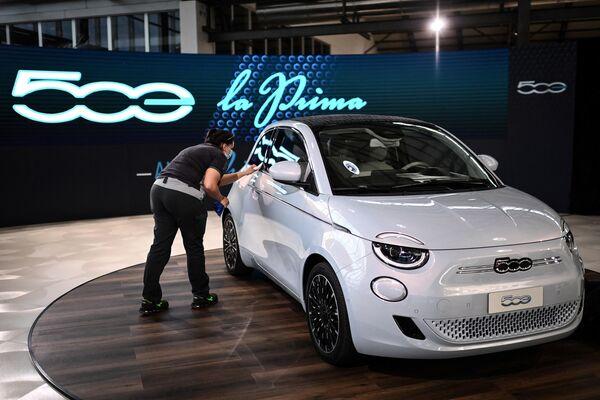 El Toyota Yaris ganó el título con 266 puntos, aproximadamente 26 puntos más que el Fiat 500 (en la foto). El segundo coche de Europa, a su vez, ofrece al conductor un motor eléctrico de 87 kW con 118 caballos de fuerza y se alimenta de la energía de una batería de iones de litio con 42 kWh de capacidad. - Sputnik Mundo