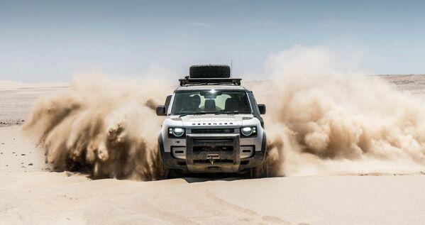 El sexto lugar, con 164 puntos, lo ocupó Land Rover Defender presentado en dos variantes diesel, una a gasolina y un microhíbrido apoyado con un motor eléctrico. En febrero de 2021 el modelo recibió también la versión con el legendario V8 para alcanzar los 525 caballos de potencia. En la foto el todoterreno británico conquista el desierto de Namibia. - Sputnik Mundo