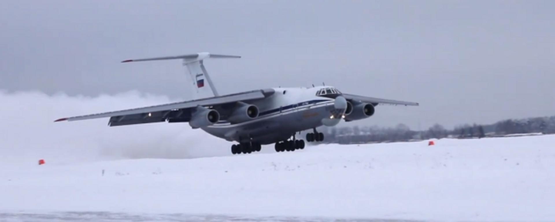 Pilotos rusos despegan y aterrizan unos IL-76 en una pista sin pavimentar cubierta de nieve - Sputnik Mundo, 1920, 02.03.2021