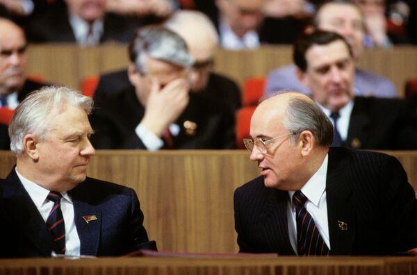 Gorbachov anunció el inicio de un nuevo rumbo poco después de ser escogido como líder del Estado. El político propuso establecer el puesto de presidente y derogar el artículo de la Constitución que preveía el papel gobernante del Partido Comunista. En la foto: Gorbachov, junto al miembro del Buró Político del Comité Central del Partido Comunista Egor Ligachov, en 1986. - Sputnik Mundo