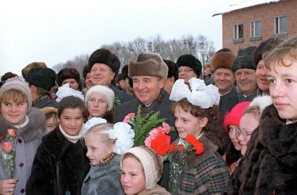Una visita de Gorbachov a la región de Oriol, en 1988. - Sputnik Mundo