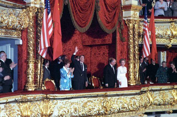 """Gorbachov abogó por una """"nueva mentalidad"""" en las relaciones entre la URSS y otros países, algo que dio lugar a la reanudación del diálogo entre Moscú y Washington sobre el desarme nuclear, el fin de la Guerra Fría, la salida de las tropas soviéticas de Afganistán, la caída del muro de Berlín y la reunificación de Alemania. En la foto: Mijaíl Gorbachov, junto a su homólogo estadounidense, Ronald Reagan, en el teatro Bolshoi, en 1988. - Sputnik Mundo"""