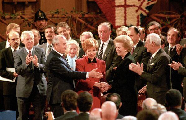 Mijaíl Gorbachov junto a su esposa, Raísa, y la entonces primera ministra británica, Margaret Thatcher, en Londres, en 1989. - Sputnik Mundo