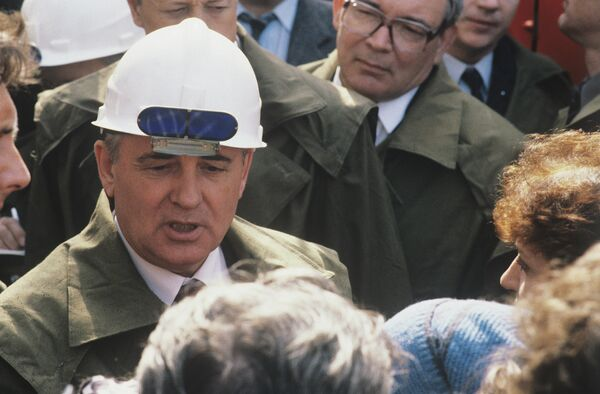 Gorbachov visita una planta de acero ubicada en Nizhni Tagil, en la región de Sverdlovsk. - Sputnik Mundo