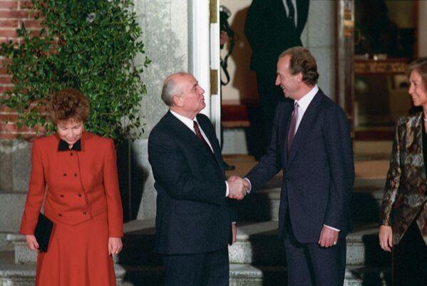 Una reunión entre Mijaíl Gorbachov y el entonces rey de España, Juan Carlos I, en la Conferencia de Paz para Oriente Medio en Madrid, en 1991. A la izquierda, Raísa Gorbachov. - Sputnik Mundo