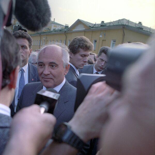 Gorbachov renunció a su cargo el 25 de diciembre de 1991, lo que significaba también que la URSS dejaba de existir. En la foto: Gorbachov responde a las preguntas de los periodistas. - Sputnik Mundo