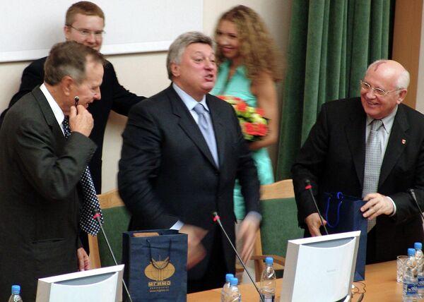 Gorbachov todavía sigue siendo miembro de un club no oficial de líderes mundiales. Asimismo, es doctor 'honoris causa' en más de 30 universidades. En la foto: el expresidente de EEUU George Bush padre, el rector del Instituto Estatal de Relaciones Internacionales de Moscú, Anatoli Torkunov, y Mijaíl Gorbachov en 2005. - Sputnik Mundo