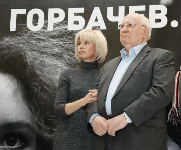 El político está convencido de que no cometió ningún error al iniciar la 'perestroika' y abrir el camino a nuevas reformas. De esta manera, simplemente quiso preservar la URSS y esperaba que el país continuara con su desarrollo. En la foto: Gorbachov junto a su hija, Irina Virgánskaya, en la inauguración de la exhibición 'Mijaíl Gorbachov. Perestroika', en 2011. - Sputnik Mundo