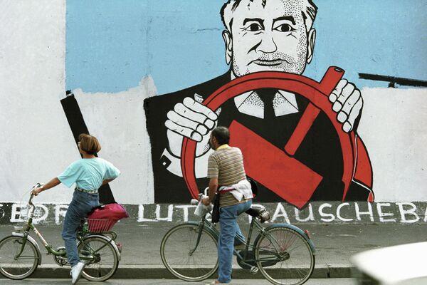 """""""Estoy profundamente convencido de que el país necesitó la 'perestroika' y la llevamos en la dirección correcta. Lo más importante que logramos hacer dentro del país es que la población obtuvo la libertad y puso fin al sistema totalitario"""", declaró en una entrevista. En la foto: un grafiti con el retrato de Gorbachov en el muro de Berlín. - Sputnik Mundo"""