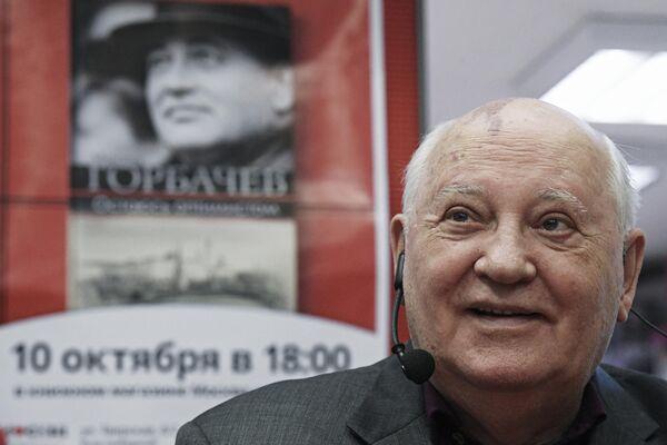 Mijaíl Gorbachov ha escrito varios libros. Uno de ellos, titulado 'Entender a Gorbachov', fue publicado en  vísperas de su cumpleaños. Es una recopilación de las cartas enviadas al primer presidente de la URSS por los ciudadanos soviéticos y extranjeros. En la foto: Gorbachov presenta su libro 'Sigo siendo optimista', en 2017. - Sputnik Mundo