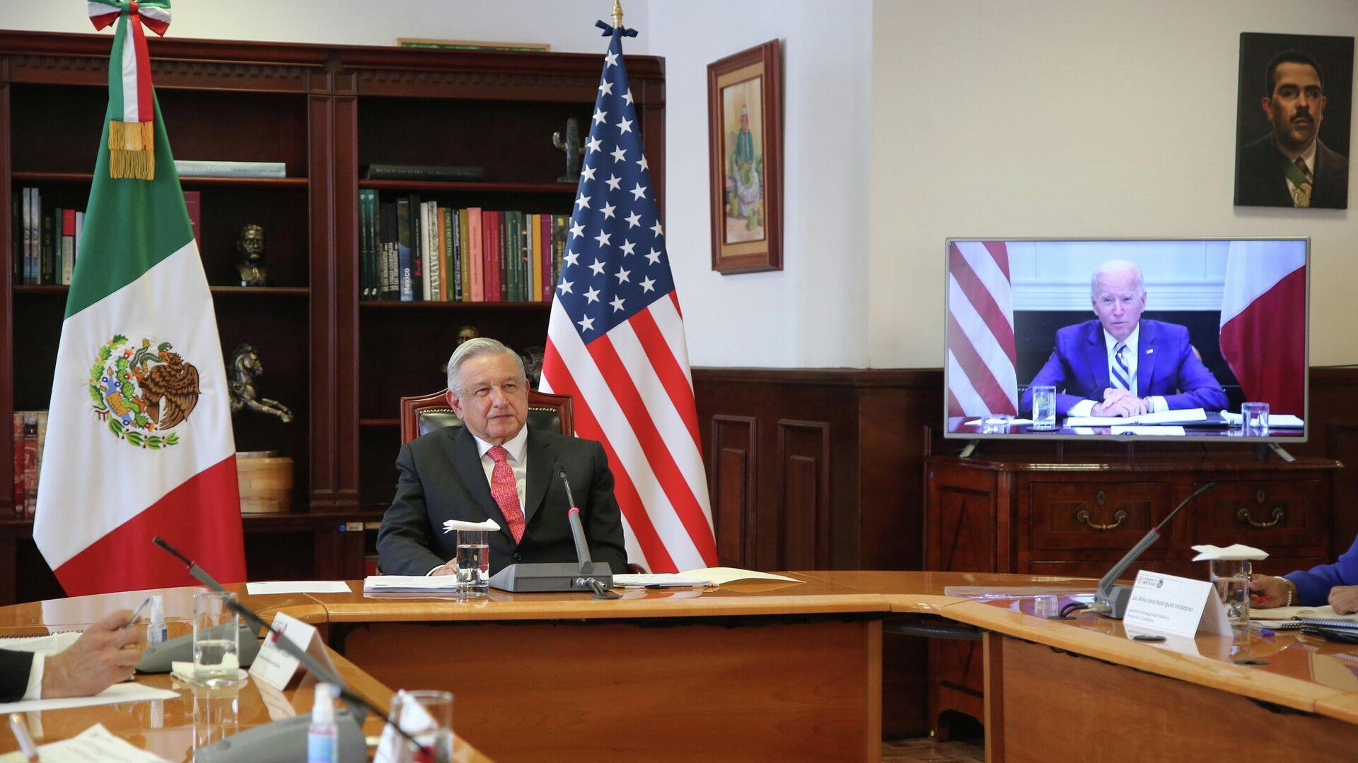 Andrés Manuel López Obrador, el presidente de México durante la conversación con su homólogo Joe Biden - Sputnik Mundo, 1920, 02.03.2021