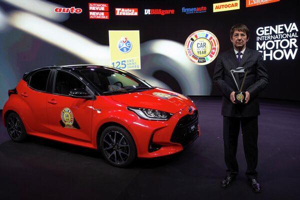 La primera generación del Yaris ya había ganado el premio al mejor automóvil europeo del año, en 2000. En 2005, Toyota se llevó el éxito con su auto híbrido de segunda generación Prius. El nuevo Yaris, a su vez, ganó el título, superando a rivales como Fiat 500, Volkswagen ID.3 y Land Rover Defender. En la foto: el Toyota Yaris durante la ceremonia de entrega de premios al Coche Europeo del Año 2021 en Ginebra, Suiza. - Sputnik Mundo