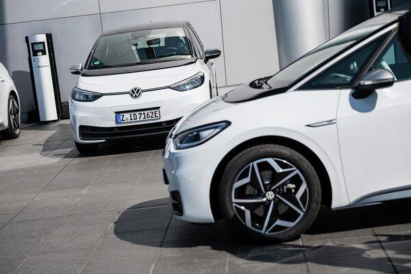 El 'hatchback' eléctrico ID.3 de Volkswagen terminó cuarto con 224 puntos. En la foto: la entrega de los primeros vehículos a los clientes alemanes en Dresde, Alemania, en septiembre de 2020. - Sputnik Mundo