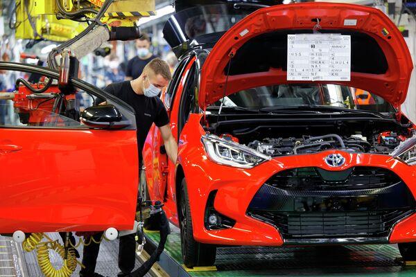 El nuevo Yaris se basa en una versión mejorada de la plataforma TNGA-B (Nueva Arquitectura Global de Toyota, por sus siglas en inglés), desarrollada para los modelos compactos de la marca. El hatchback está equipado con una planta de energía híbrida con un motor de gasolina 1.5 litros de tres cilindros y un motor eléctrico con una capacidad total de 115 caballos de fuerza. La versión superior GR cuenta con un motor de 1.6 litros turboalimentado que produce 260 caballos de fuerza. La línea también tiene una versión Cross. En la foto: Toyota Yaris en una planta de producción en Valenciennes, Francia. - Sputnik Mundo