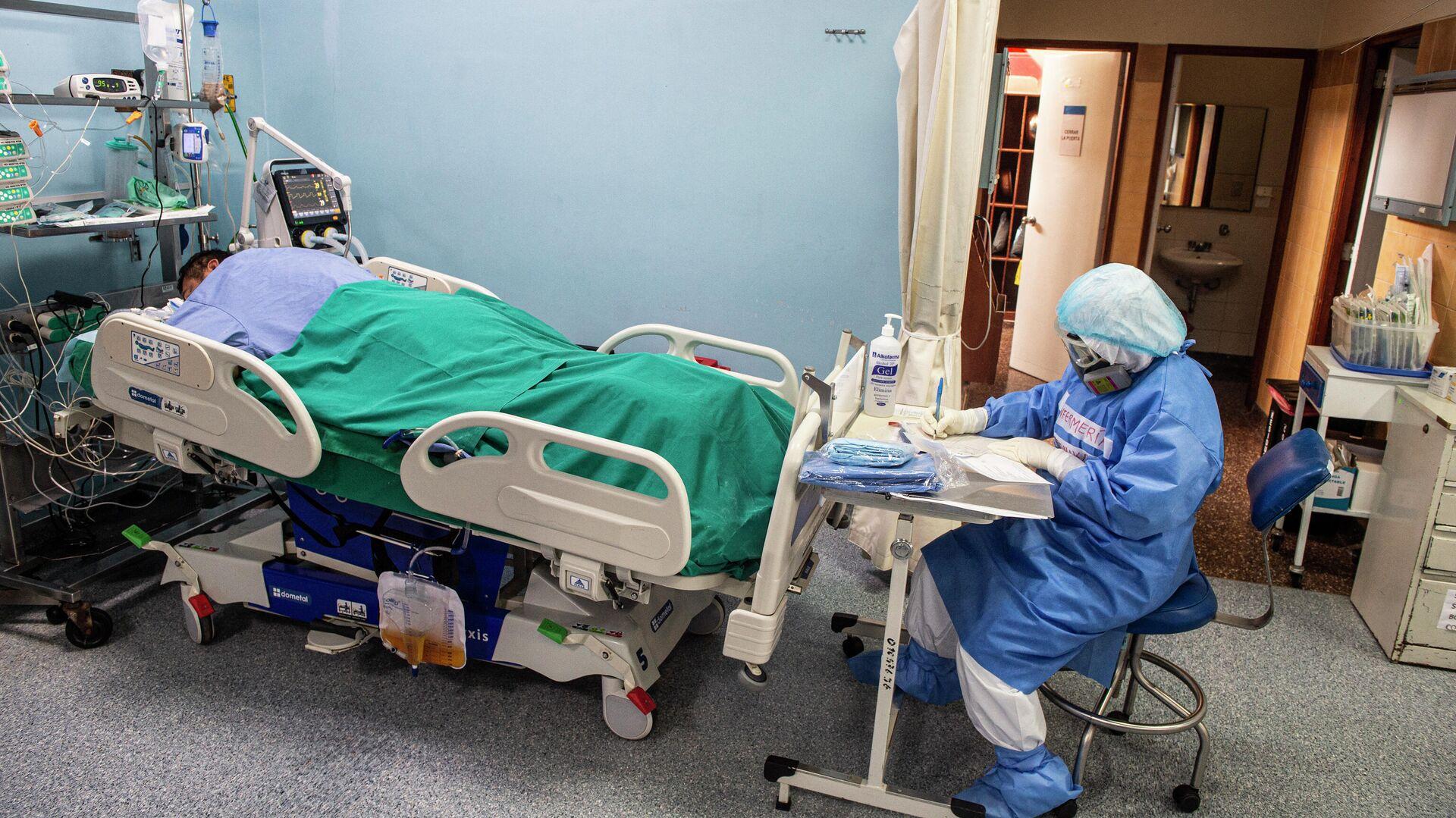 Un médico junto a un paciente con COVID-19 en un hospital de Lima, Perú - Sputnik Mundo, 1920, 03.03.2021