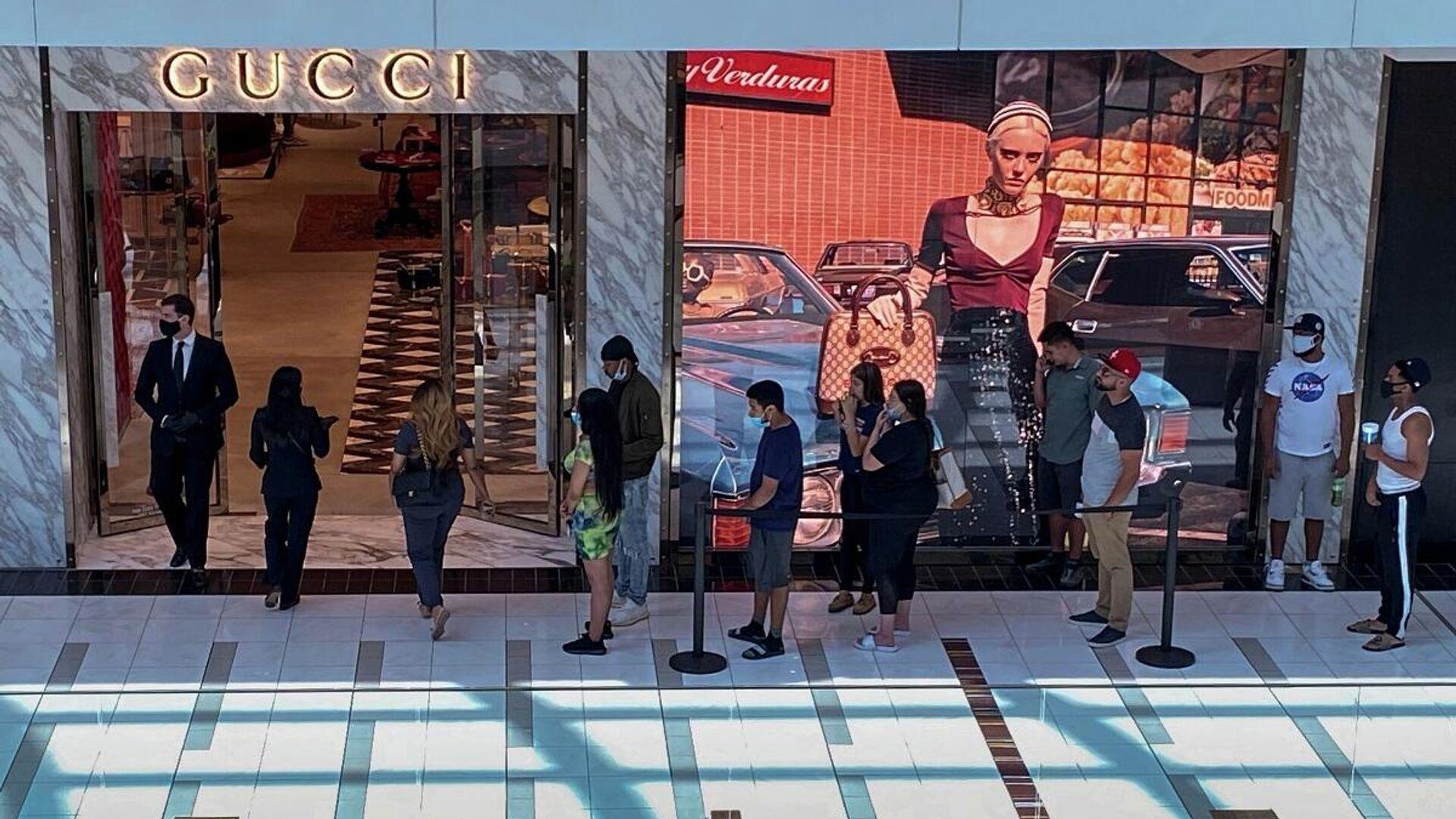 Unas personas hacen cola para entrar en una tienda de moda de Gucci en el Centro Comercial The Galleria, Houston, Texas - Sputnik Mundo, 1920, 04.03.2021